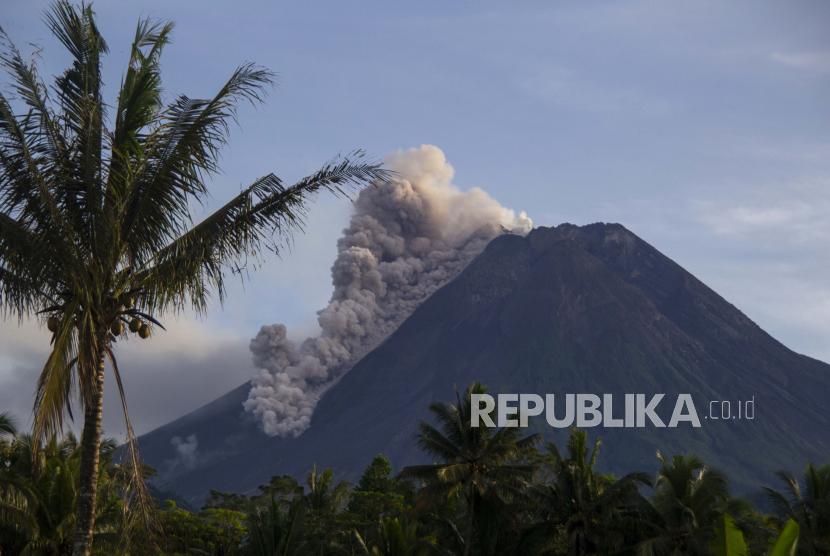 Gunung Merapi melepaskan material vulkanik ke lerengnya saat terjadi letusan di Sleman, Indonesia, Sabtu, 27 Maret 2021.