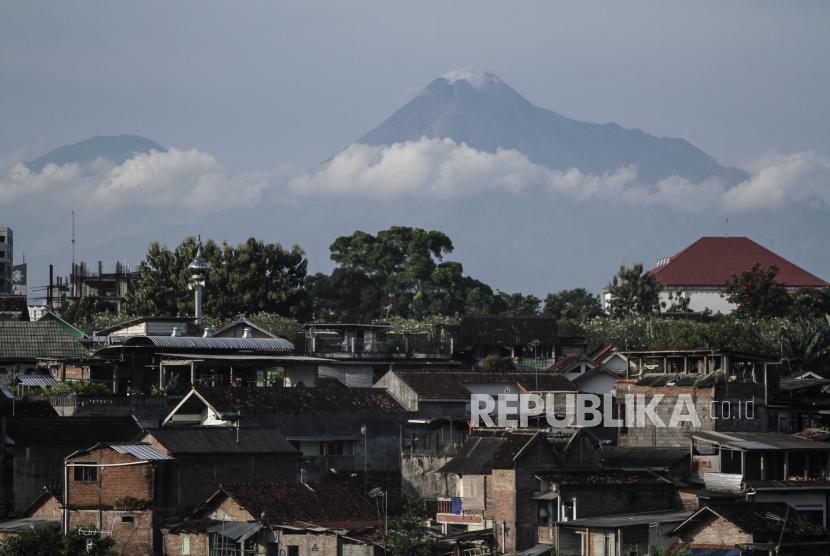 Gunung Merapi terlihat dari Jembatan Gondolayu, Jetis, Yogyakarta.