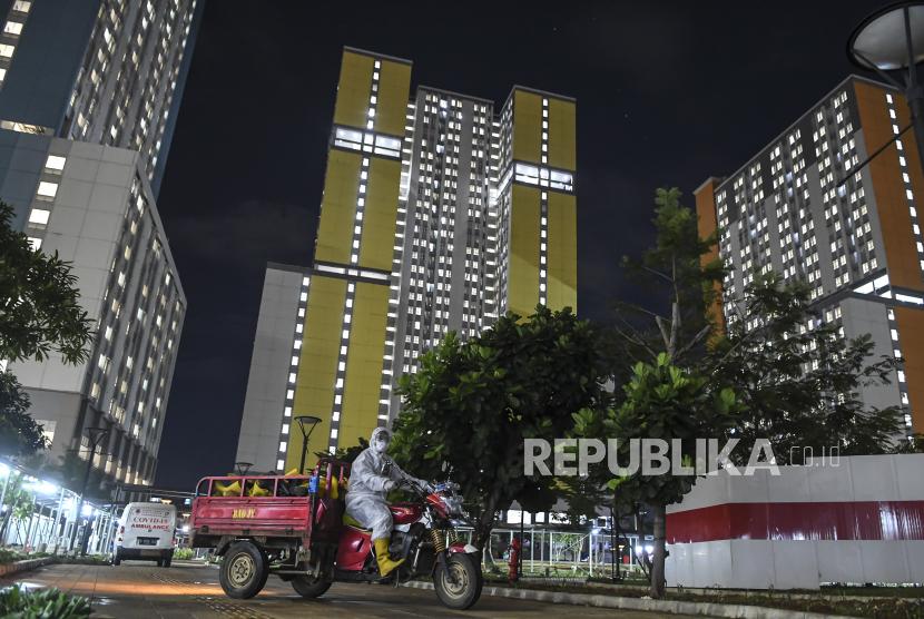 Seorang tenaga kesehatan mengendarai kendaraan yang membawa sepatu untuk disterilkan di Rumah Sakit Darurat Covid-19 (RSDC) Wisma Atlet Kemayoran, Jakarta, Selasa (15/6/2021). Menurut Koordinator RSDC Wisma Atlet Kemayoran Mayjen TNI Tugas Ratmono, pihaknya menambah jumlah kapasitas tempat tidur menjadi 7.394 dari 5.994 akibat tingginya penularan Covid-19 di wilayah DKI Jakarta dan sekitarnya.