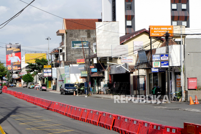 Imbas Pandemi Corona Perhotelan. Deretan hotel di Kawasan Malioboro, Yogyakarta, Senin (6/4)