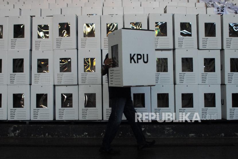 [Ilustrasi Kotak Suara Pilkada 2020] Komisi Pemilihan Umum (KPU) Sumatera Barat sudah mulai mendistribusikan logistik Pilkada ke daerah kabupaten dan kota.