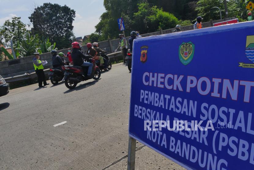 Pengendara sepeda motor diperiksa di pos pemeriksaan Pintu Tol Buah Batu Bandung, Rabu (22/4). (ilustrasi)