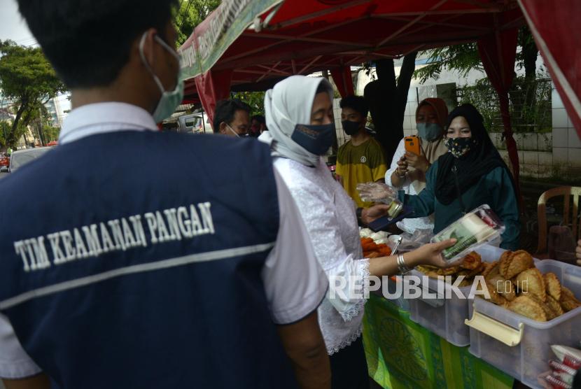 Petugas Balai Pengawas Obat dan Makanan (BPOM) mengambil sampel makanan dan minuman dari pedagang pasar takjil untuk dilakukan uji laboratorium di Makassar, Sulawesi Selatan, Rabu (14/4/2021). Pemeriksaan makanan dan minuman takjil tersebut guna memastikan keamanan takjil yang dikonsumsi warga saat bulan Ramadhan.