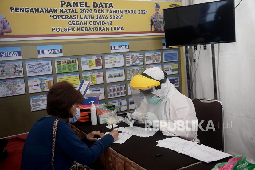 Petugas medis melakukan rapid test gratis kepada warga. ilustrasi