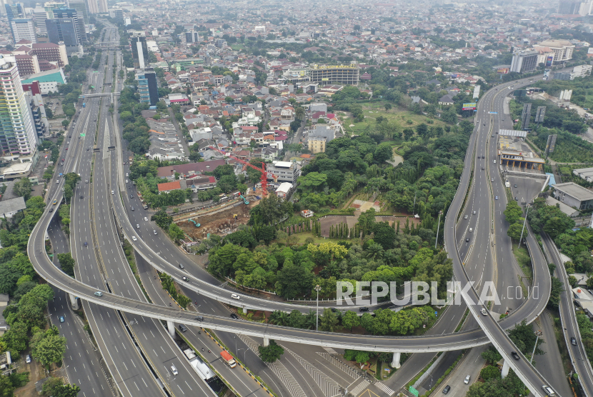 Foto udara suasana di salah satu ruas jalan di Jakarta, Minggu (5/4/2020). Pemprov DKI Jakarta telah mengajukan penerapan Pembatasan Sosial Berskala Besar (PSBB) ke Kemeterian Kesehatan untuk percepatan penanganan  Covid-19 di ibu kota