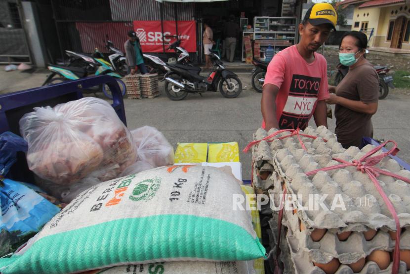 Pengumpulkan sembako untuk dibagikan kepada warga terdampak dari diberlakukannya Pemberlakuan Pembatasan Kegiatan Masyarakat (PPKM) Darurat.
