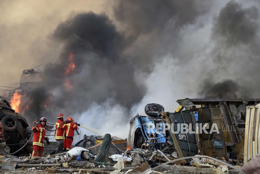 Pemadam kebakaran berusaha memadamkan api setelah terjadinya ledakan besar di Pelabuhan Beirut, Lebanon, Selasa (4/8). EPA-EFE/WAEL HAMZEH