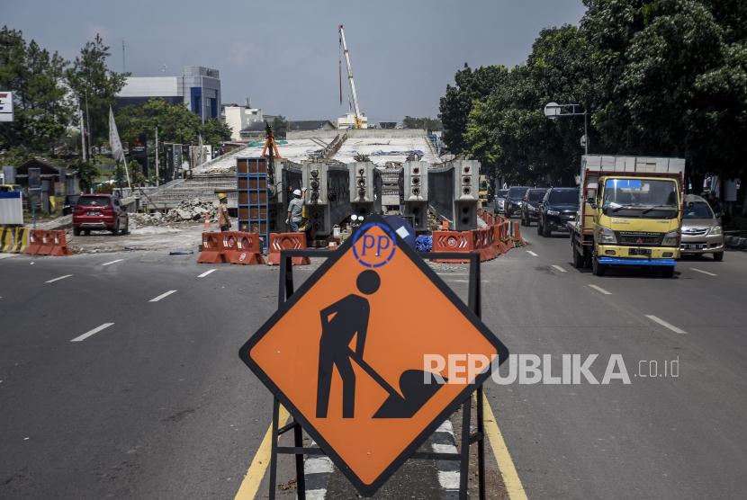 Sejumlah pekerja beraktivitas di area pembangunan jembatan layang (flyover) Kopo di Jalan Soekarno Hatta, Kota Bandung, Selasa (19/10). Kementerian Pekerjaan Umum dan Perumahan Rakyat (PUPR) melalui Direktorat Jenderal (Ditjen) Bina Marga menargetkan pembangunan jembatan layang (flyover) Kopo tersebut rampung pada November 2022 mendatang, serta diharapkan mampu mengurai kemacetan yang kerap terjadi di kawasan tersebut.