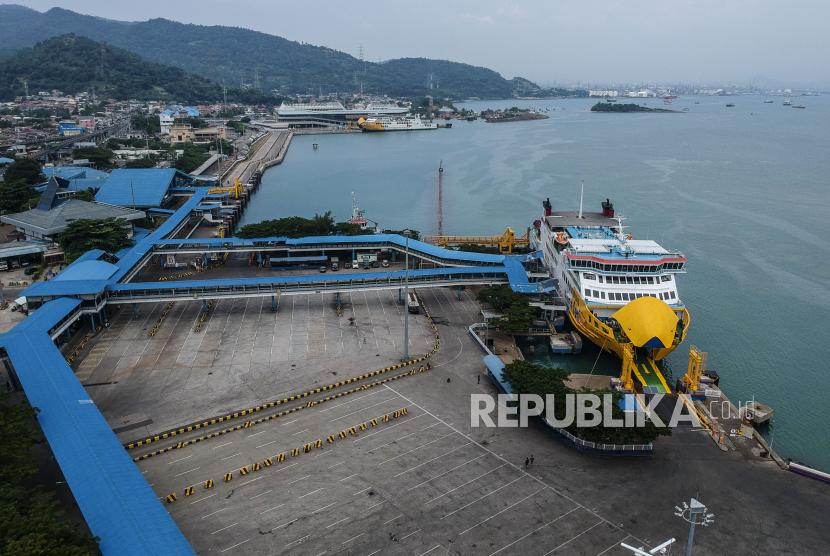 Suasana Pelabuhan Merak yang sepi saat pemberlakuan larangan mudik Idul Fitri 1442 Hijriah di Banten, Kamis (6/5). Pelabuhan Merak hanya mengoperasikan dua dermaga selama masa pelarangan mudik Idul Fitri 1442 Hijriah yang hanya diperuntukan bagi distribusi kebutuhan logistik.