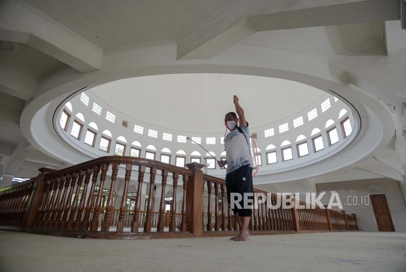 KetuaMUI Agam: Patuhi Prokes Selama Ibadah Ramadhan. Petugas masjid menyemprotkan cairan disinfektan di area tempat ibadah di Masjid Jami Nurul Hidayah, Kalibata, Jakarta Selatan, Senin (12/4). Penyemprotan tersebut dilakukan dalam rangka persiapan shalat tarawih saat bulan Ramadhan sebagai upaya menjaga sterilisasi di area masjid. Republika/Thoudy Badai