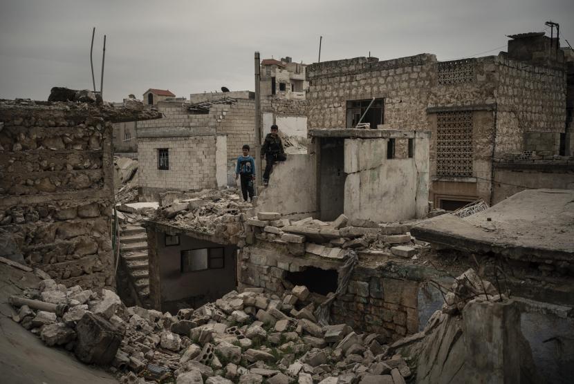 Anak-anak bermain reruntuhan bangunan di kota Idlib, Suriah. (Foto AP / Felipe Dana)