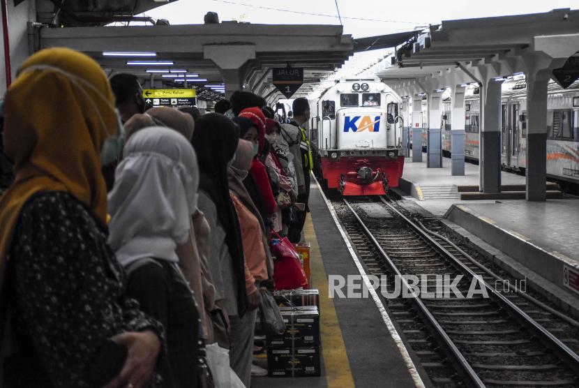 Sejumlah penumpang menunggu kedatangan kereta api lokal Bandung Raya di Stasiun Bandung, Kota Bandung, Kamis (6/5). PT KAI Daop 2 Bandung memberhentikan layanan perjalanan Kereta Api jarak jauh untuk mudik pada penerapan larangan mudik lebaran sejak Kamis (6/5) hingga Senin (17/5) serta melakukan pembatasan operasional kereta lokal dengan mengurangi jadwal perjalanan menjadi 39 perjalanan dan membatasi jam operasional. Foto: Republika/Abdan Syakura