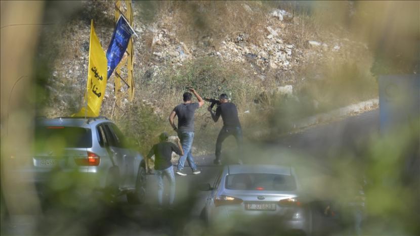 Orang-orang bersenjata melepaskan tembakan selama prosesi pemakaman untuk Ali Shibli.