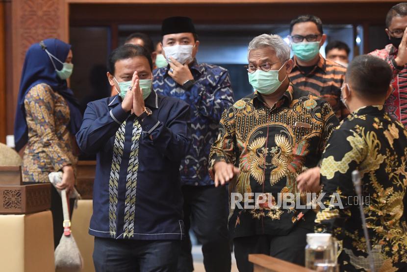 Ketua Bawaslu Abhan (kiri) berjalan bersama Ketua KPU Arief Budiman (kanan) sebelum mengikuti rapat kerja dengan Komisi II DPR di Kompleks Parlemen, Senayan, Jakarta, Kamis (26/11/2020). Rapat itu membahasan data kependudukan dan data pemilih Pilkada Serentak 2020.