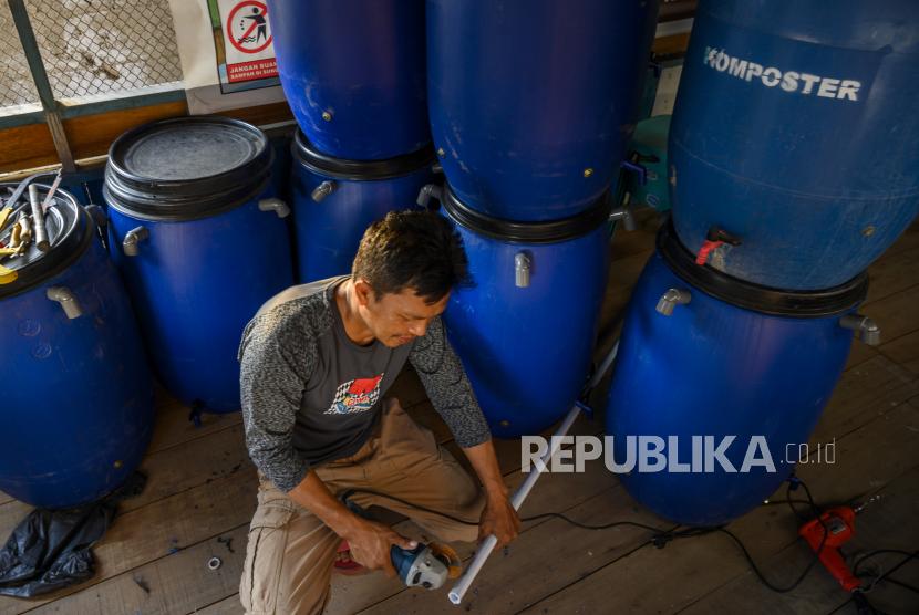 Seorang anggota Kelompok Swadaya Masyarakat (KSM) menyelesaikan pembuatan komposter . ilustrasi