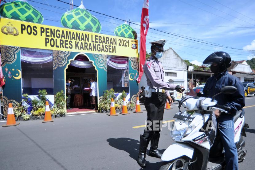 Petugas memeriksa identitas pengendara saat hari pertama penyekatan mudik Lebaran di Pos Penyekatan Padangbai, Karangasem, Bali, Kamis (6/5/2021). Penyekatan di kawasan Pelabuhan Padangbai itu dilakukan untuk menghalau adanya masyarakat yang melakukan perjalanan mudik di jalur penyeberangan laut yang menghubungkan Bali-NTB tersebut selama pemberlakuan larangan mudik Hari Raya Idul Fitri 1442 Hijriah pada 6-17 Mei 2021.
