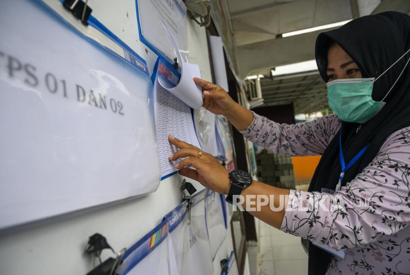 Seorang warga memeriksa namanya dalam Daftar Pemilih Sementara (DPS) Pilgub Sulteng dan Pilwakot Palu.