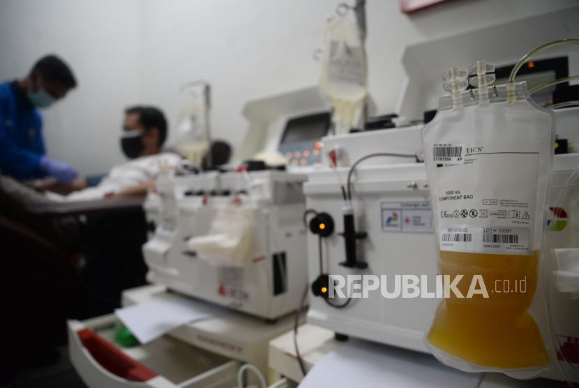 Warga penyintas Covid-19 mendonorkan plasma darahnya di Sentra Donor Plasma konvalesen Stasiun MRT Dukuh Atas BNI, Jakarta.