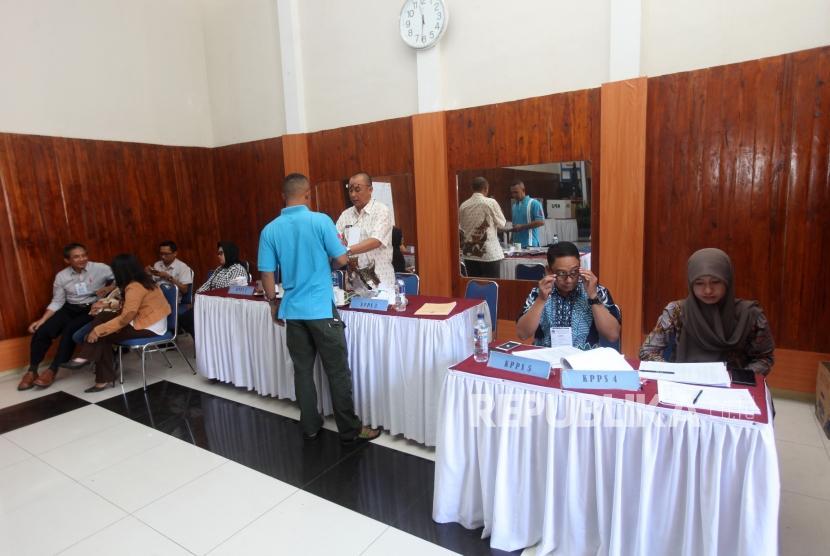 Sejumlah narapidana atau warga binaan Lembaga Pemasyarakatan (Lapas) mendaftar sebelum mencoblos hak pilihnya di TPS 51 Lapas Kelas I Sukamiskin Bandung, Jawa barat, Rabu (27/6).