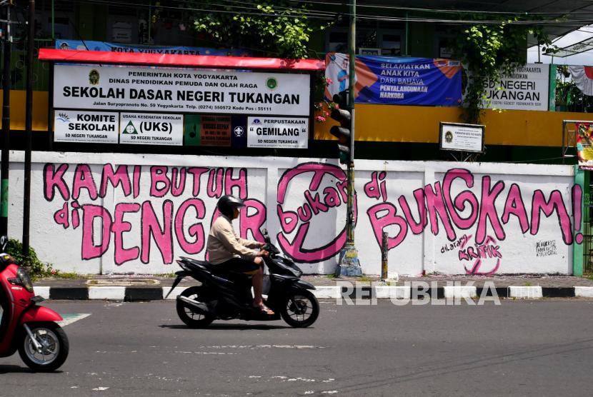 Mural kritik sosial di salah satu dinding sudut Kota Yogyakarta, Kamis (26/8). Beberapa mural kritik sosial terlihat di beberapa sudut kota. Tetapi itu tidak bertahan lama, karena segera dihapus oleh satuan petugas.