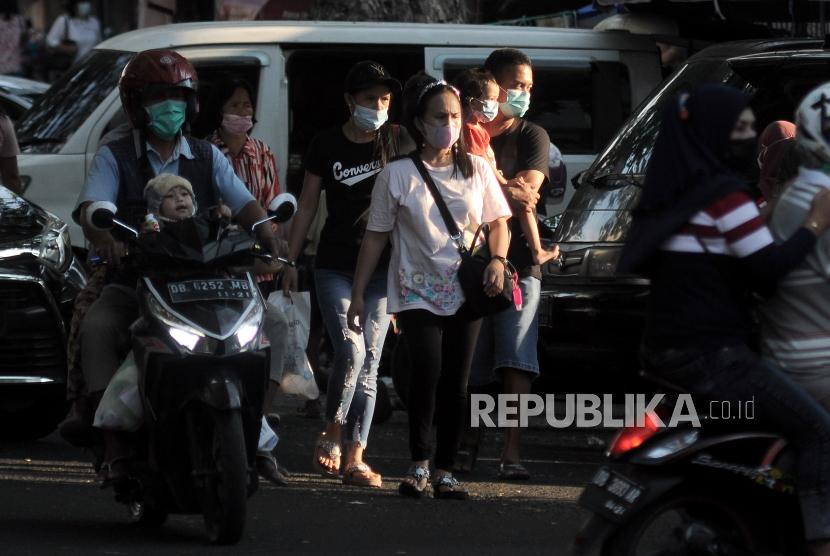 Sejumlah warga berjalan di kawasan Niaga 45, Manado, Sulawesi Utara. Akumulasi warga Sulawesi Utara (Sulut) yang telah dinyatakan sembuh dari COVID-19 terus meningkat menjadi 15.242 orang setelah mendapatkan layanan kesehatan.