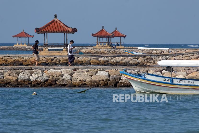 Bali dan Wisata Alam Masih Jadi Primadona Wisatawan Lokal. Wisatawan menikmati suasana saat mengunjungi di Pantai Sindhu, Sanur, Denpasar, Bali, Rabu (9/6/2021). Pemerintah Kota Denpasar akan melakukan sales mission atau promosi pariwisata secara daring pada akhir bulan Juni 2021 untuk memperkenalkan dan mengingatkan destinasi wisata yang ada di Denpasar kepada wisatawan mancanegara dalam persiapan menuju kawasan zona hijau bebas COVID-19.