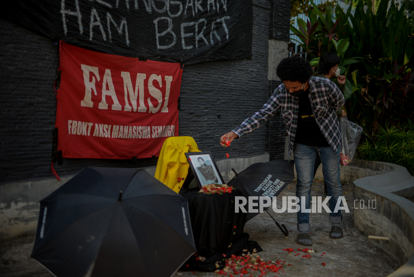 Mahasiswa dari UNIKA Atma Jaya menggelar aksi tabur bunga di kampus UNIKA Atma Jaya, Jakarta, Jumat (24/9). Aksi tersebut dalam rangka memperjuangkan keadilan dan menuntut pengusutan bagi pelanggar HAM sekaligus memperingati 22 tahun kasus pelanggaran HAM tragedi Semanggi II.