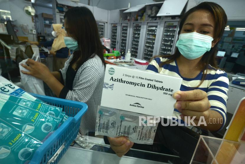 Apoteker memperlihatkan salah satu obat Covid-19 di salah satu apotek di Manado, Sulawesi Utara, Ahad (25/7). Apoteker mewajibkan warga yang ingin membeli sebelas jenis obat-obatan Covid-19 dengan membawa resep dokter sebagai upaya menjaga ketersediaan stok obat yang terbatas, serta untuk mencegah pembelian dalam jumlah banyak yang berpotensi dijual kembali melebihi HET (harga eceran tertinggi) yang telah ditentukan pemerintah.