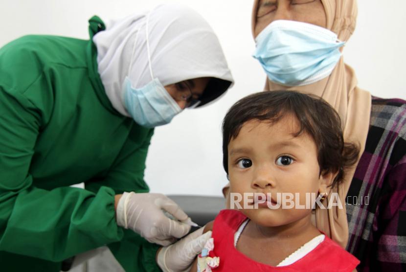 Seorang anak mendapatkan suntikan vaksin DPT (Difteri, pertusis dan tetanus) di ayanan Puskesmas Pembantu (ilustrasi)