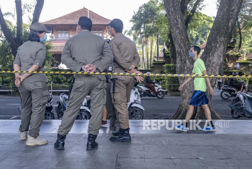 Petugas polisi kota berdiri selama kampanye pemakaian masker dan protokol kesehatan (ilustrasi)