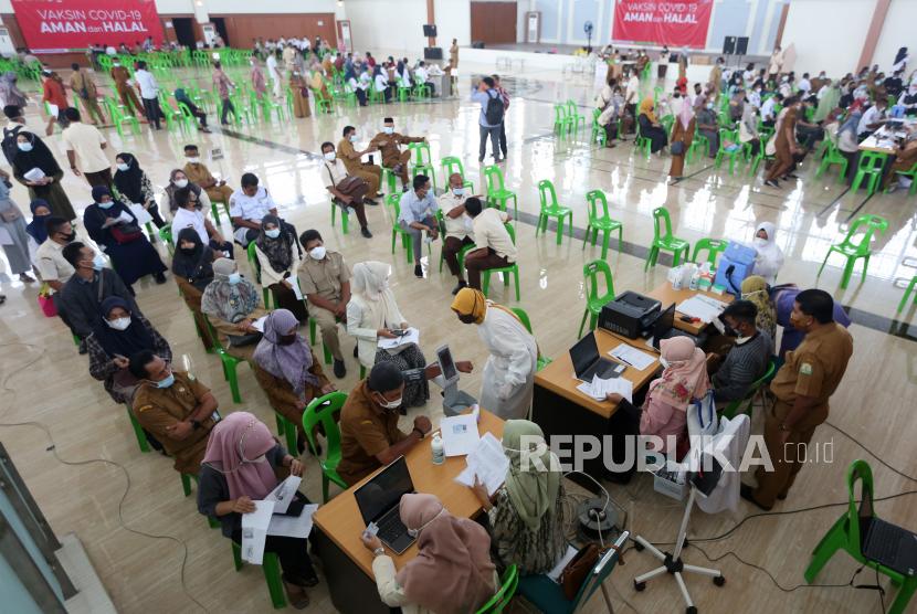 Warga bersama Aparatur Sipil Negara (ASN), TNI dan Polri antre mengikuti vaksinasi (ilustrasi)