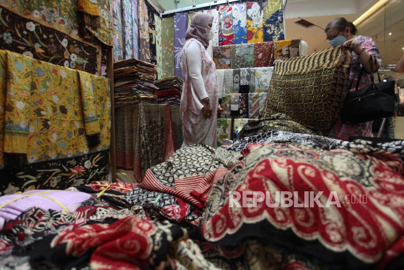 Pengunjung memilih kain batik di salah satu stan di pameran K-UKM Expo di Grand City Mall, Surabaya, Jawa Timur, Rabu (15/9).  Pemerintah mencatatkan nilai ekspor khusus batik sebesar 21,54 juta dolar AS periode Januari sampai Juli 2021.