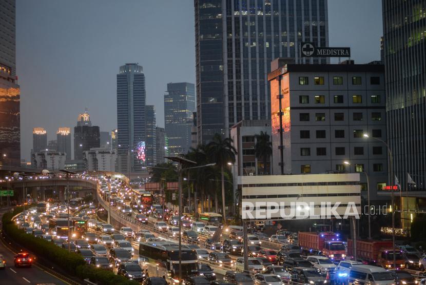Sejumlah kendaraan terjebak macet saat jam pulang kerja di Jalan Gatot Subroto, Jakarta, Jumat (11/9). Gubernur DKI Jakarta, Anies Rasyid Baswedan mengatakan, tingkat polusi udara di Jakarta telah bertambah selama beberapa dekade belakangan. Anies menyebut, hal itu terjadi seiring dengan pertumbuhan ekonomi.