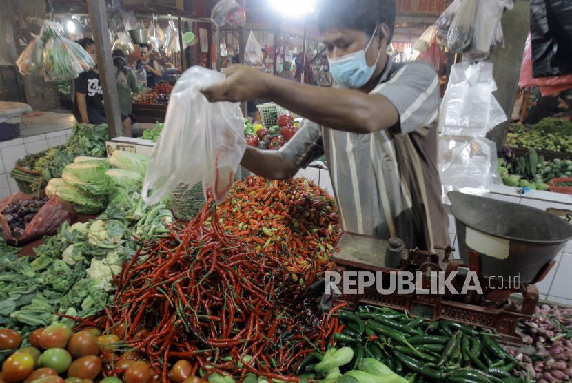 Jam operasional pasar tradisional di Kabupaten Temanggung, Jawa Tengah, sudah kembali normal seiring diberlakukannya Pemberlakuan Pembatasan Kegiatan Masyarakat (PPKM) level 3 di Kabupaten Temanggung mulai 3 Agustus 2021.