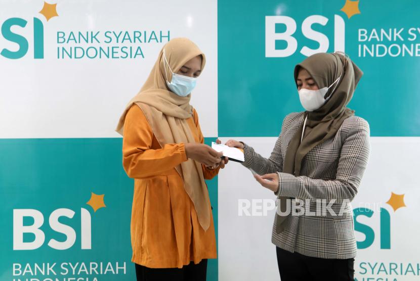 Nasabah bank menunggu giliran untuk memigrasikan rekening bank konvensional ke rekening bank syariah, di cabang Bank Syariah Indonesia (BSI) di Banda Aceh, Indonesia, 07 Juni 2021.