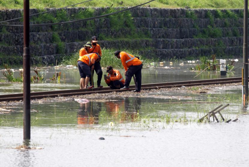 Petugas memeriksa bantaran rel kereta api akibat banjir yang  merendam sejumlah jalur rel kereta api. Akibatnya PT  KAI membatalkan sedikitnya 15 jadwal perjalanan kereta api jarak jauh (ilustrasi)