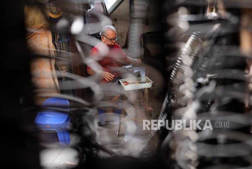 Perajin menyelesaikan pedanan per dari besi di Pasar Triwindu, Solo, Jawa Tengah, Rabu (8/7/2020). Produksi per berbahan besi tersebut banyak dipesan untuk kebutuhan otomotif, elektronika, percetakan dan rumah tangga dengan harga jual Rp.1.000 hingga Rp. 1,5 juta tergantung ukuran dan tinggat kesulitan.