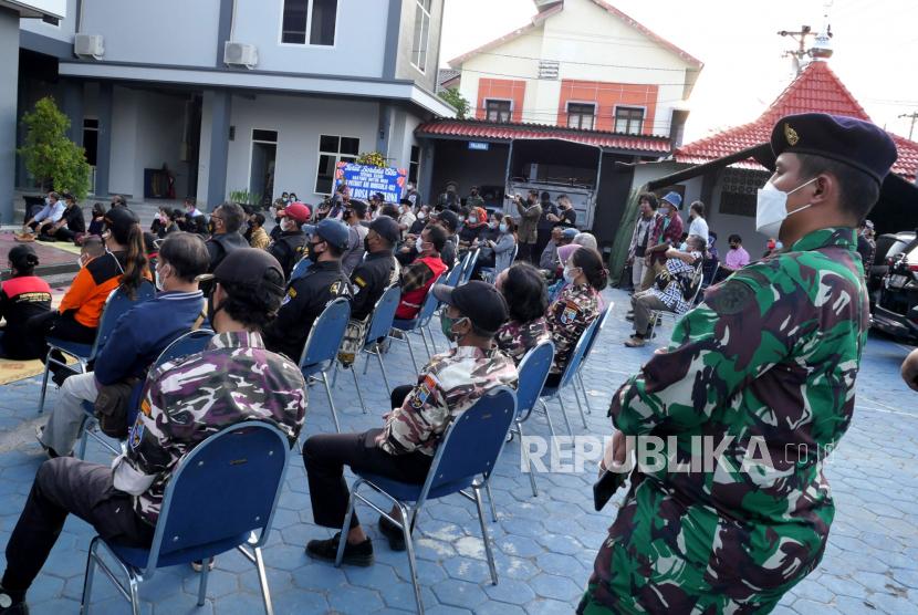 Warga dari berbagai elemen mengikuti doa bersama untuk Prajurit KRI Nanggala 402 di Pangkalan TNI AL Yogyakarta, Selasa (27/4). Doa bersama ini diikuti oleh pemuka lintas agama di Yogyakarta. Doa ini diadakan untuk mendoakan  53 prajurit awak Kapal Selam KRI Nanggala 402 yang gugur saat bertugas.