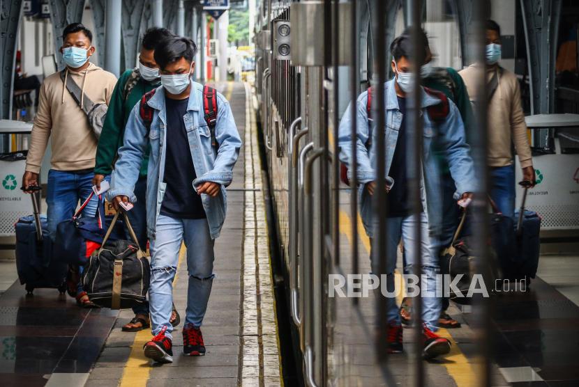 Penumpang bersiap menaiki kereta di Stasiun Pasar Senen, Jakarta, Ahad (18/4/2021). Adanya larangan pemerintah untuk mudik pada tanggal 6 hingga 17 Mei mendatang, membuat sebagian warga memilih mudik lebih awal dan dalam satu pekan terakhir jumlah penumpang di stasiun tersebut berkisar antara 1.000-2.500 penumpang per hari.