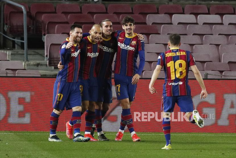 Tim Barcelona merayakan gol ketiga mereka pada laga leg kedua Piala Raja antara FC Barcelona melawan Sevilla CF di Camp Nou stadium, Barcelona, Spanyol,  Kamis (4/3) dini hari WIB.