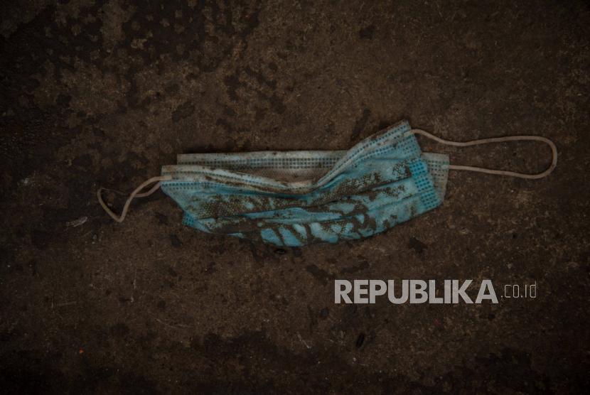 Foto squence limbah masker di TPS Dipo PLN Cililitan, Jakarta, Jumat (27/11). Menurut Dirjen Pengelolaan Sampah, Limbah dan B3 (PSLB3) Kementerian Lingkungan Hidup dan Kehutanan (KLHK), volume limbah medis mengalami kenaikan mencapai 30-50 persen atau 1.662,75 ton per bulan Oktober 2020. Republika/Thoudy Badai