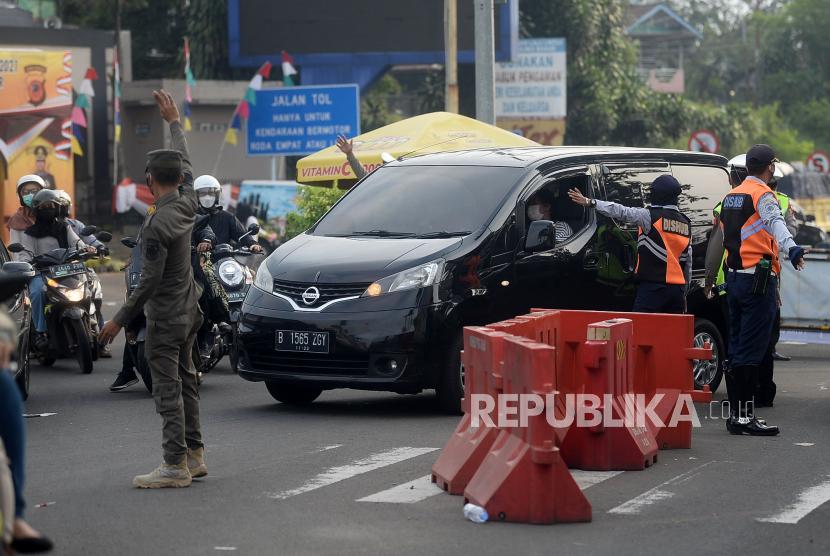 Sejumlah petugas gabungan melakukan penyekatan kendaraan di jalur Puncak