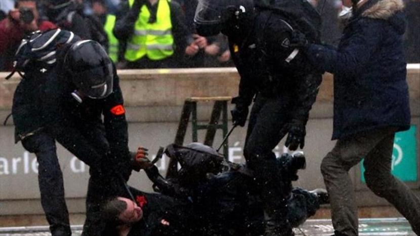 Polisi Prancis meminta para pengunjuk rasa meninggalkan alun-alun dan mendenda beberapa pengunjuk rasa - Anadolu Agency