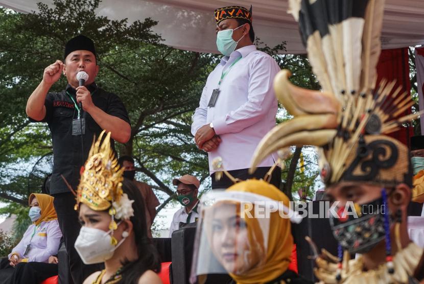 Pasangan bakal Calon Gubernur Sugianto Sabran (kiri) dan Wakil Gubernur Edy Pratowo (tengah)