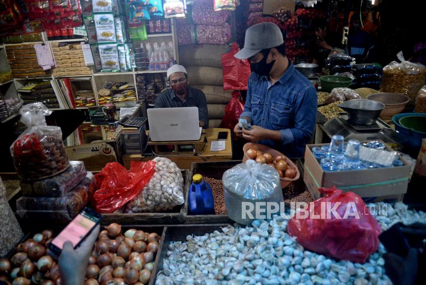 Pedagang bumbu masak mempersiapkan dagangan yang di jual secara daring di Pasar Induk Kramat Jati, Jakarta. ilustrasi .Prayogi/Republika