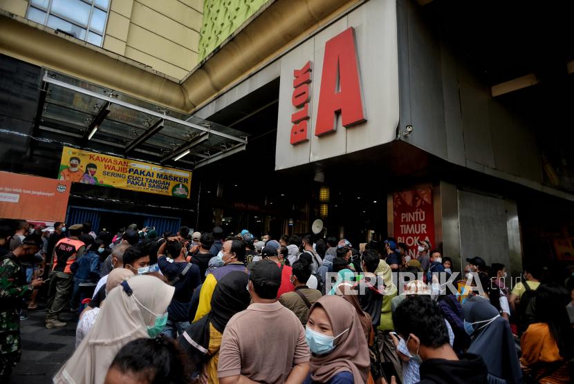Warga mengantre untuk berbelanja di Pasar Tanah Abang Blok A, Jakarta Pusat, Ahad (2/5). Pada H-10 menjelang Hari Raya Idul Fitri 1442 Hijriah kawasan tersebut mulai dipadati warga untuk berbelanja berbagai kebutuhan lebaran, guna mengantisipasi kepadatan petugas mengatur keluar masuk pengunjung. Republika/Thoudy Badai