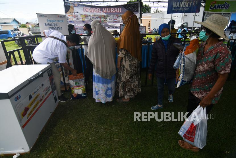 Warga antre saat berbelanja berbagai kebutuhan pada gelaran pasar murah.