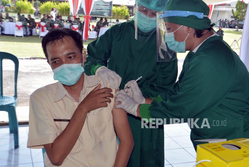 Petugas kesehatan melakukan simulasi penyuntikan vaksin Covid-19 di lingkungan Kodam IX Udayana, Denpasar, Bali, Kamis (10/12/2020). Simulasi tersebut digelar sebagai persiapan vaksinasi Covid-19 yang rencananya digelar pada Januari 2021.