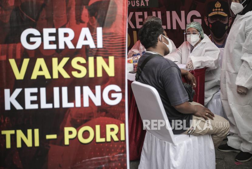 Petugas memeriksa kesehatan warga sebelum mendapatkan vaksin Covid-19 saat pelaksanaan Gerai Vaksin Keliling TNI-Polri di kawasan Sawah Besar, Jakarta, Kamis (22/7/2021). Pelaksanaan vaksinasi COVID-19 di tiga lokasi di kawasan Jakarta Pusat tersebut dalam rangka mendukung program percepatan vaksinasi guna tercapainya herd immunity.