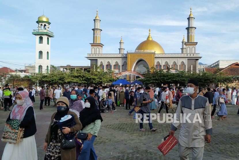 Warga usai melaksanakan shalat Idul Fitri 1442 H di Masjid Besar Lembang, Kabupaten Bandung Barat, Kamis (15/5).